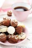 Choklader i bunke på den vita träbakgrunden Royaltyfria Foton