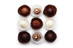 Choklader i bunke på den vita bakgrunden Arkivbild