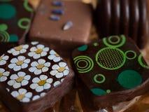 Choklader med tusensk?nor, lavendel och geometriska modeller fr?n ?ver royaltyfria foton