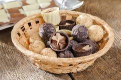 Choklader och choklad i en korg Arkivbilder