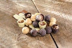Choklader och choklad i en korg Fotografering för Bildbyråer