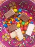 Choklader och fruktdryckgodisar i en kruka royaltyfri foto