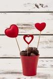 Choklader och röda hjärtor Royaltyfri Fotografi