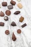 Choklader på marmor Arkivbild