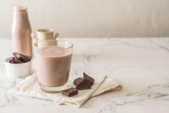 chokladexponeringsglas mjölkar royaltyfria bilder