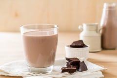 chokladexponeringsglas mjölkar arkivfoton
