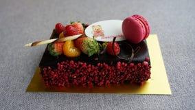 Chokladfödelsedagkaka med macaron arkivfoton