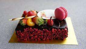 Chokladf?delsedagkaka med macaron arkivbilder