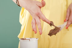chokladfingerglasyr på kaka royaltyfria bilder