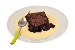 Chokladfondant med vaniljsåskräm på en platta royaltyfri foto