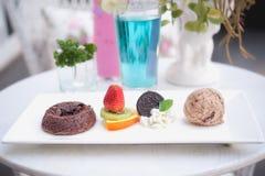 Chokladfondantkaka med frukt och glass Fotografering för Bildbyråer