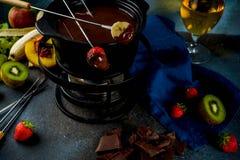 Chokladfondue med frukt och bäret royaltyfri bild