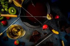 Chokladfondue med frukt och bäret arkivfoto