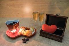 Chokladfondue med frukt och champagne och en gåva med förälskelse fotografering för bildbyråer