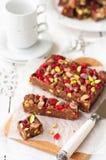 Chokladfuskverk med Glace körsbär, pistascher Royaltyfria Bilder