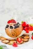 Chokladglass med bär på kokosnötkoppen Marmorbackgroun Royaltyfri Fotografi