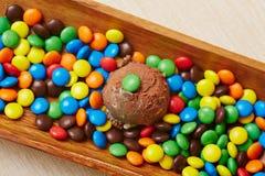 Chokladglass med chokladbönor Arkivfoton