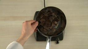 Chokladglasyr på ugnblandningsprocess arkivfilmer