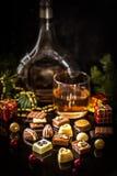 Chokladgodis, kanderad citrus, apelsiner med julsymboler Fotografering för Bildbyråer