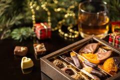 Chokladgodis, kanderad citrus, apelsiner med julsymboler Royaltyfri Fotografi