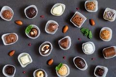 Chokladgodisar, fina choklader, brända mandlar och tryfflar Royaltyfri Fotografi