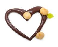 Chokladhjärta med muttrar Arkivbild