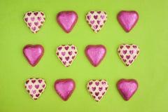 Chokladhjärtaformer som slås in i tenn- folie. Arkivbilder