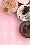 Chokladjordgubbekakor och krämkoppen bakar ihop på den vintagetable torkduken Royaltyfri Fotografi