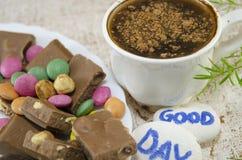 Chokladkaffe med konfektar och a Royaltyfri Foto