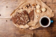 Chokladkaffe och muttrar över träbakgrund ovanför Royaltyfria Bilder
