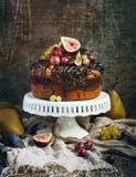 Chokladkaffekaka som dekoreras med nya frukter Arkivfoto