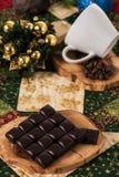 Chokladkaffekoppen, jul för kaffebönor klumpa ihop sig med julbegrepp Royaltyfri Foto