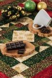 Chokladkaffekoppen, jul för kaffebönor klumpa ihop sig med julbegrepp Arkivfoton