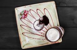 Chokladkaka eller fondant med hallon och vaniljglassboll på plattan, söt mat royaltyfri foto
