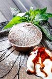 Chokladkaka eller fondant med vaniljglassbollen på mörk träbakgrund royaltyfria bilder