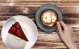 Chokladkaka i platta med sent kaffe Royaltyfria Foton