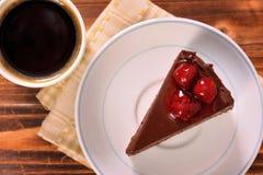 Chokladkaka i platta med svart kaffe Royaltyfri Fotografi