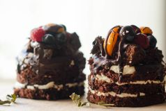 Chokladkaka med bär, träbakgrund Royaltyfri Foto