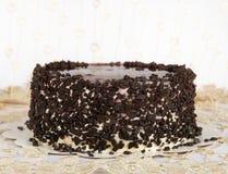 Chokladkaka med choklad, kaka som isoleras på varm ljus bakgrund med den selektiva fokusen, och ojämnt ljus. Concept.Birthday-kaka Fotografering för Bildbyråer