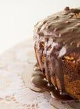 Chokladkaka med choklad som uppifrån dryper Royaltyfria Bilder
