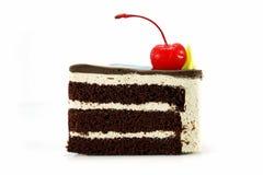 Chokladkaka med den röda körsbäret Fotografering för Bildbyråer