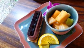 Chokladkaka med efterrätten för tropisk frukt Royaltyfria Bilder
