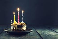 Chokladkaka med en stearinljus och gåvor Lycklig födelsedag, kort Semestrar hälsningkortet fotografering för bildbyråer