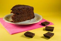chokladkaka med gul bakgrund Arkivfoto