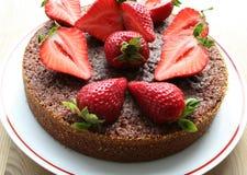 Chokladkaka med jordgubbar ?verst fotografering för bildbyråer