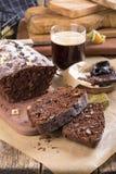 Chokladkaka med katrinplommonet och valnötter royaltyfri foto