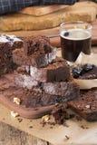 Chokladkaka med katrinplommonet och valnötter arkivbild