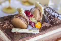 Chokladkaka med kex och bär Royaltyfri Foto