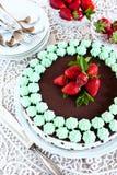 Chokladkaka med mintkaramellkräm och jordgubbar Arkivfoto