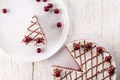 Chokladkaka med mousse, dekorerade körsbär Arkivfoton